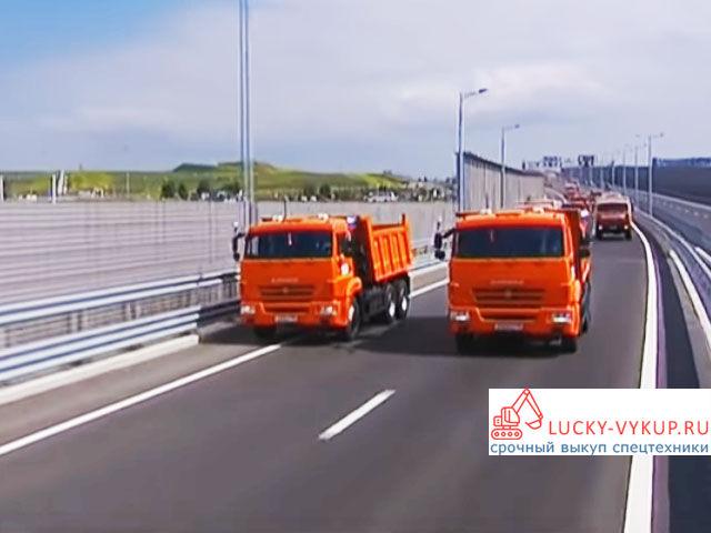 Путин на Камазах первый едет по Керченскому мосту